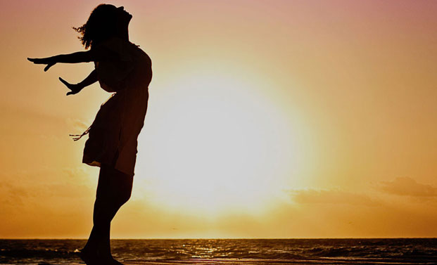 girl-silhouette-on-the-beach